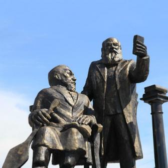 KAZAKİSTAN'DA SELFIE ÇEKEN HOBBIT HEYKELİ KRİZİ