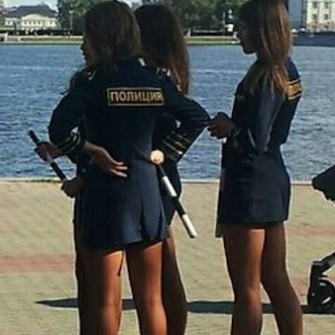 RUS POLİSİNİN ETEK BOYUNA MÜDAHALE