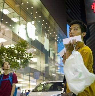 HONG KONG'UN İŞPORTADA IPHONE SATAN EMEKÇİLERİ