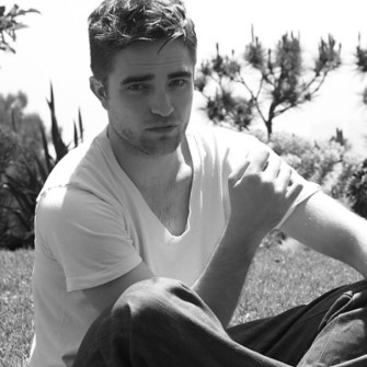 ROBERT PATTINSON'IN YENİ İMAJI: SARI BIYIK