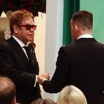 ELTON JOHN VE DAVID FURNISH NİKAH MASASINA OTURDU