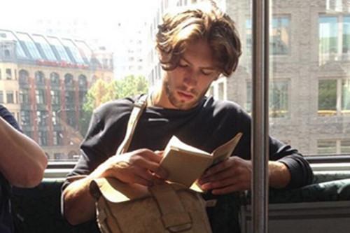 INSTAGRAM'IN TAZE HESABI: HOT DUDES READING