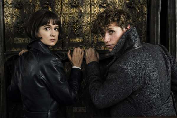 fantastic-beasts-and-where-to-find-them-2-crimes-of-grindelwald-eddie-redmayne-katherine-waterson-600x400