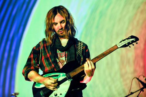 kevin parker'dan yardım konseri için akustik gitar şov
