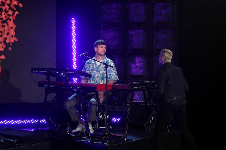 james blake, solo piyano turnesinin açılışını billie eilish cover'ı ile yaptı