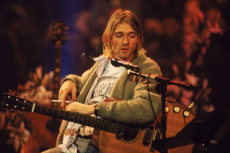 kurt cobain'in ikonik yeşil hırkası satıldı
