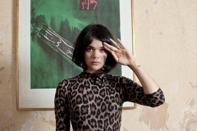 yeni bat for lashes albümünden ilk tekli yayında