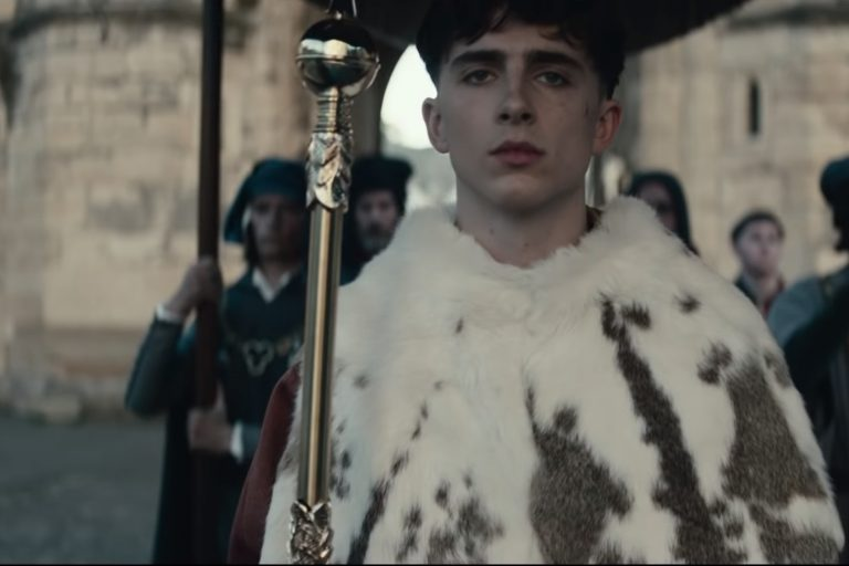 timothée chalamet ve robert pattinson'ı buluşturan the king'den ilk fragman