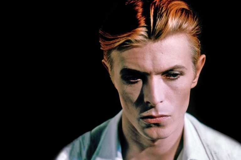 bowie'nin unutulmaz filmlerinden the man who fell to earth dizi oluyor