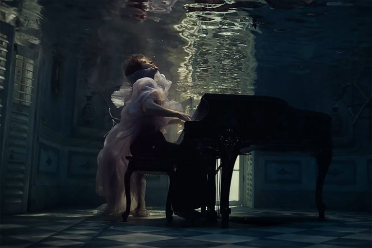 harry styles yeni videosunda su altından sesleniyor