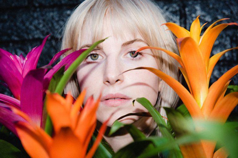 hayley williams'ın ilk solo albümünden çiçek gibi bir tekli