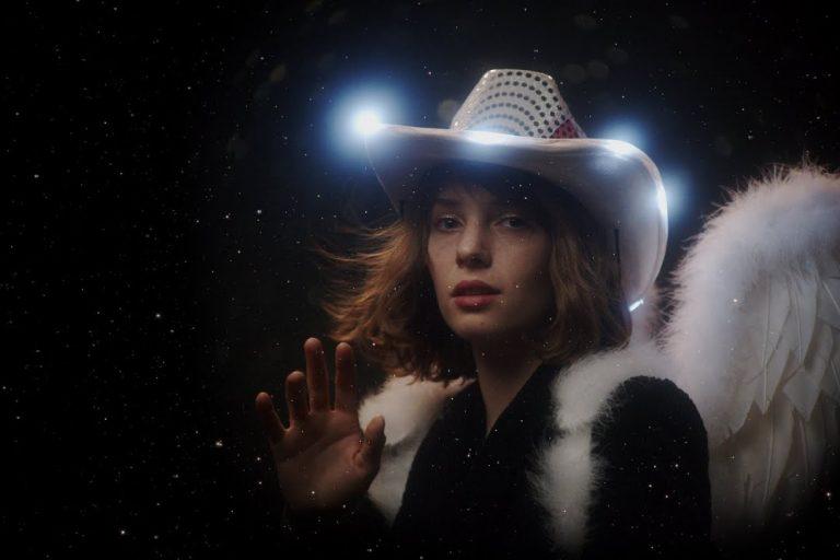 stranger things'in robin'i maya hawke'ın ilk albümü yayında
