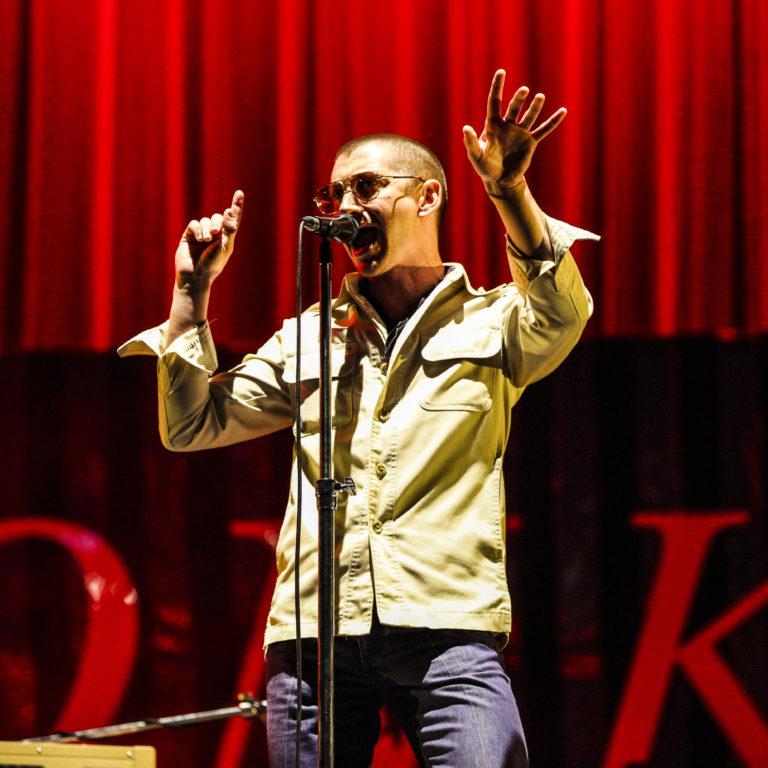 arctic monkeys'in canlı albümünden arabella şarkısının performans videosu yayınlandı