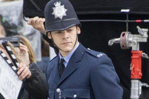 amazon'un yeni filmi my policeman'den komiser harry styles'lı fotoğraflar geldi